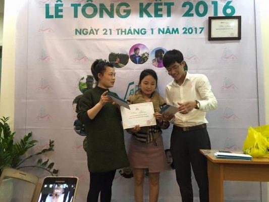 Giám đốc Vũ Huy Khoái trao phần thưởng cho cá nhân đạt thành tích xuất sắc nhất năm 2016